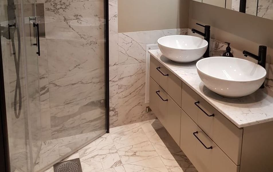 renovera-badrum-ljust-badrum-marmor